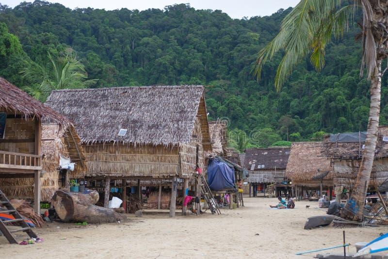Pescador Village muito a casa do vintage ajustou-se na praia em Phuket para foto de stock royalty free
