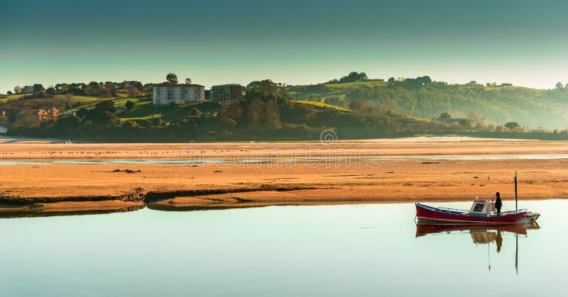 Pescador y marea baja en San Vicente de la Barquera imágenes de archivo libres de regalías