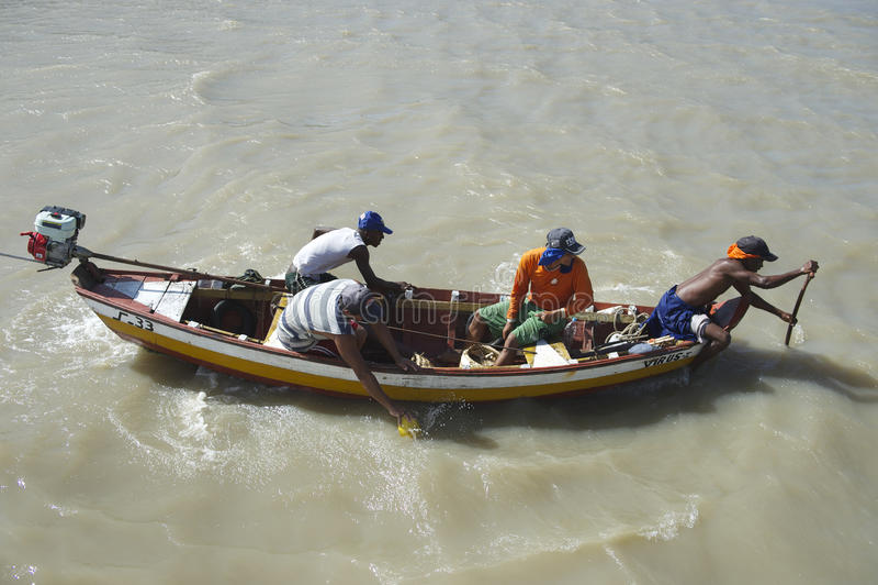 Pescadores brasileños en barco de pesca tradicional imagen de archivo libre de regalías