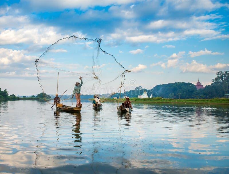 Pescadores captura pescados 3 de diciembre de 2013 en Mandalay fotografía de archivo libre de regalías