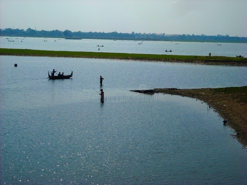 Pescadores con el barco en el río en Birmania fotografía de archivo libre de regalías