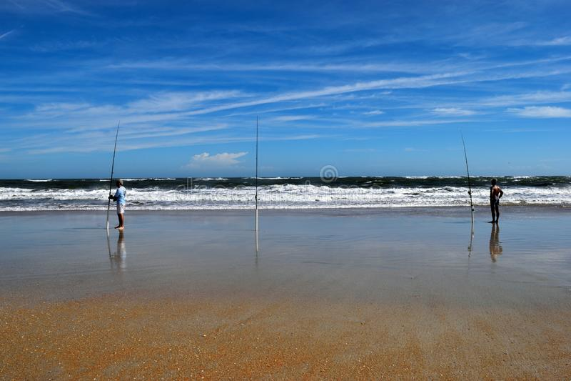 Pescadores da ressaca na praia do oceano imagens de stock royalty free