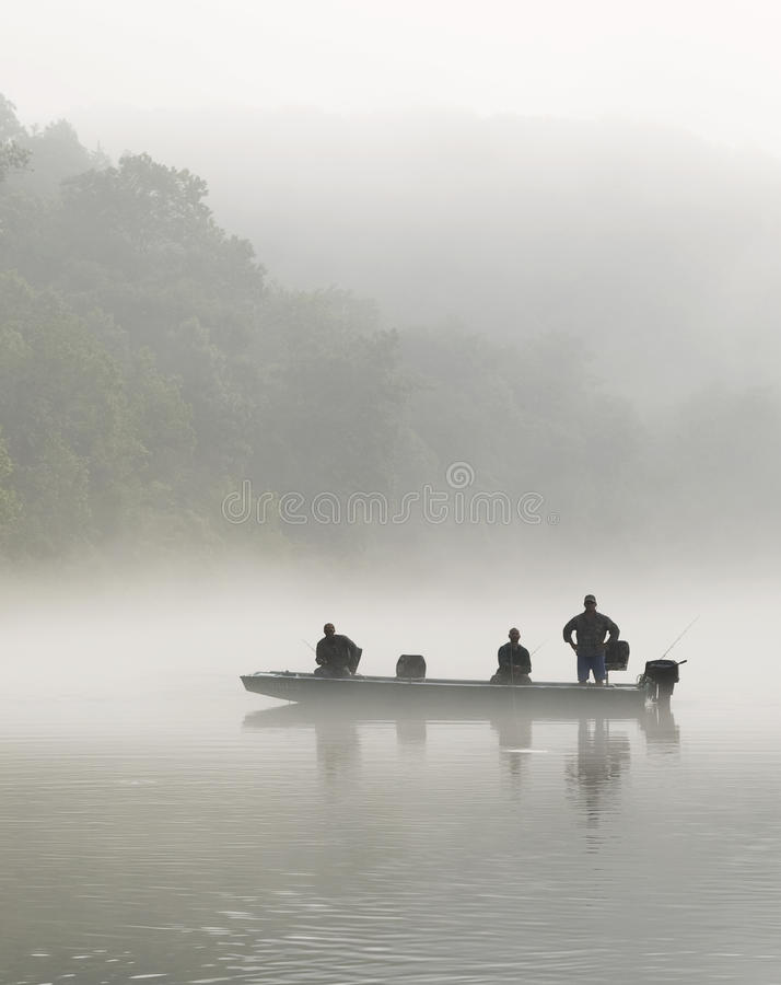 Pescadores da truta em um barco de Jon em uma manhã nevoenta no White River em Arkansas fotos de stock