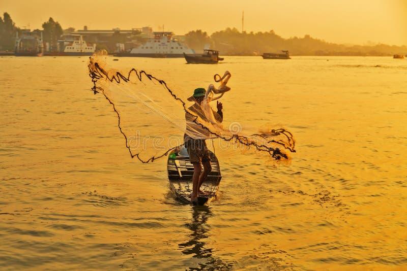 Pescadores de Ásia na pesca do barco em Mekong River imagem de stock royalty free
