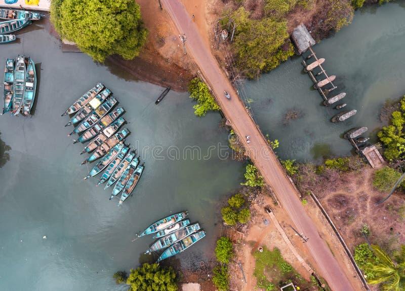 Pescadores de los barcos en la bah?a por el oc?ano, despu?s de pescar Vida india imágenes de archivo libres de regalías