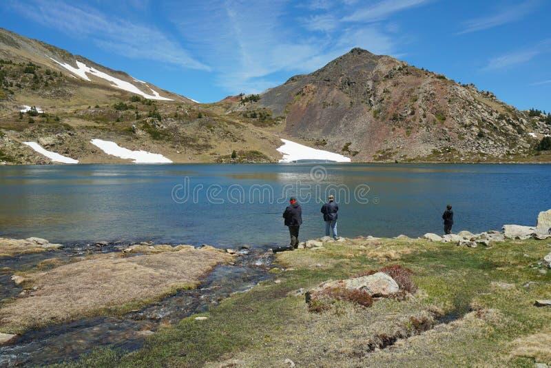 Pescadores del lago de la montaña de los Pirineos del paisaje de Francia fotos de archivo