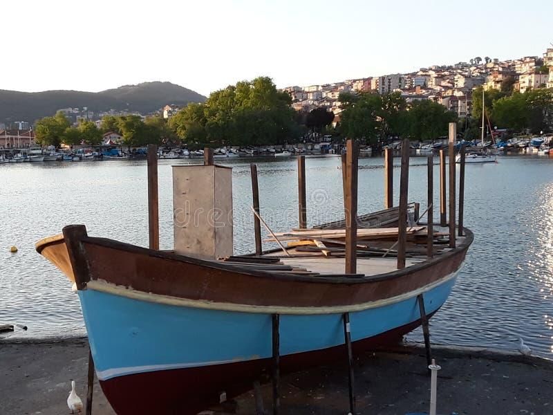 Pescadores e barcos de pesca no mar e na terra fotos de stock royalty free