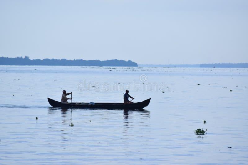 Pescadores en canoa imágenes de archivo libres de regalías