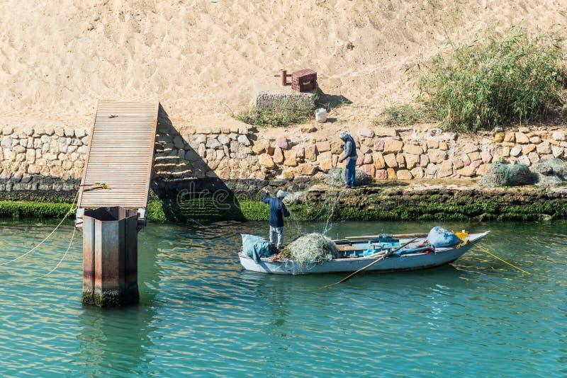 Pescadores en el canal de Suez cerca de Ismailia, Egipto, África fotografía de archivo