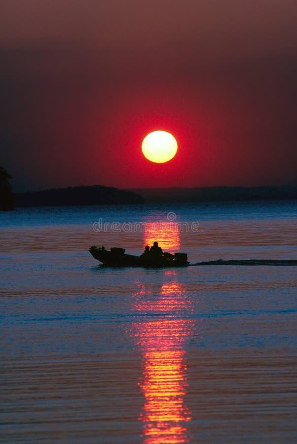 Pescadores en el lago fotos de archivo