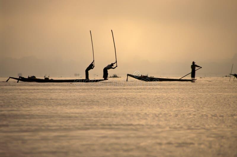 Pescadores en el lago Inla, Myanmar fotografía de archivo libre de regalías