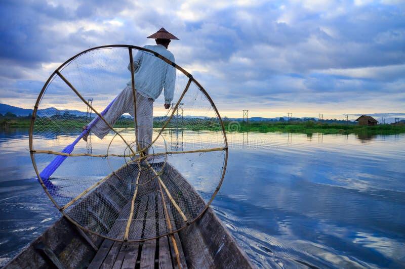 Pescadores en el lago Inle en la salida del sol fotos de archivo libres de regalías