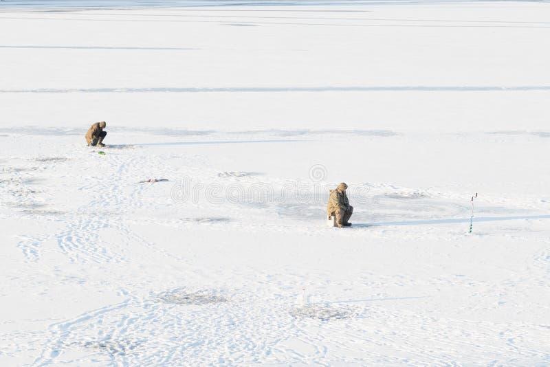 Pescadores en el río, cubierto con el primer hielo imagen de archivo
