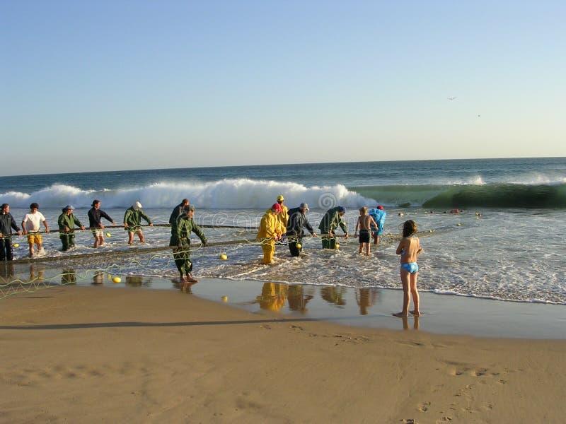 Pescadores en la costa imagen de archivo libre de regalías