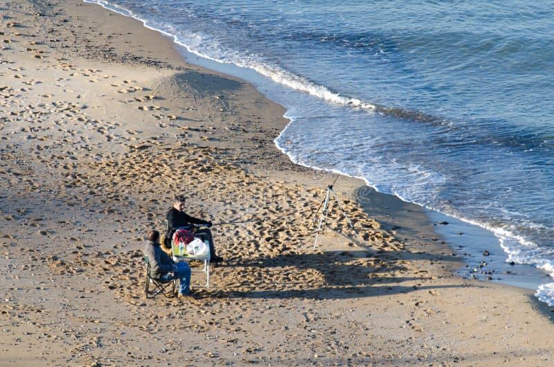 Pescadores en la playa imagen de archivo