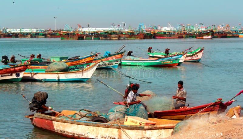Pescadores en los trabajos sobre los barcos en el arasalaru del río cerca de la playa karaikal foto de archivo