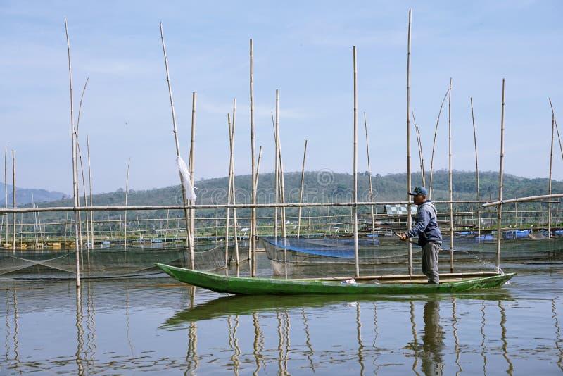 Pescadores en Rawa que encierran el lago, Java central, Indonesia fotos de archivo libres de regalías