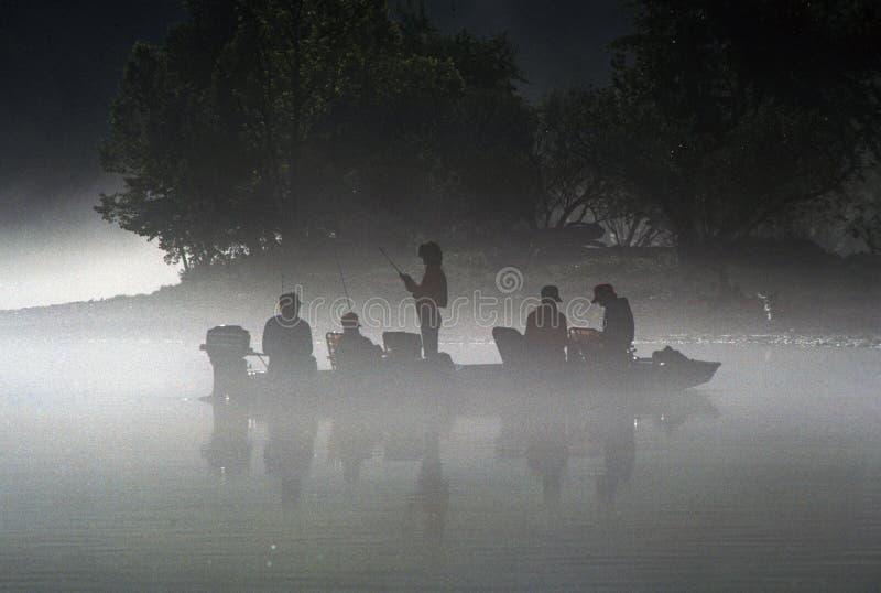 Pescadores en un barco fotografía de archivo