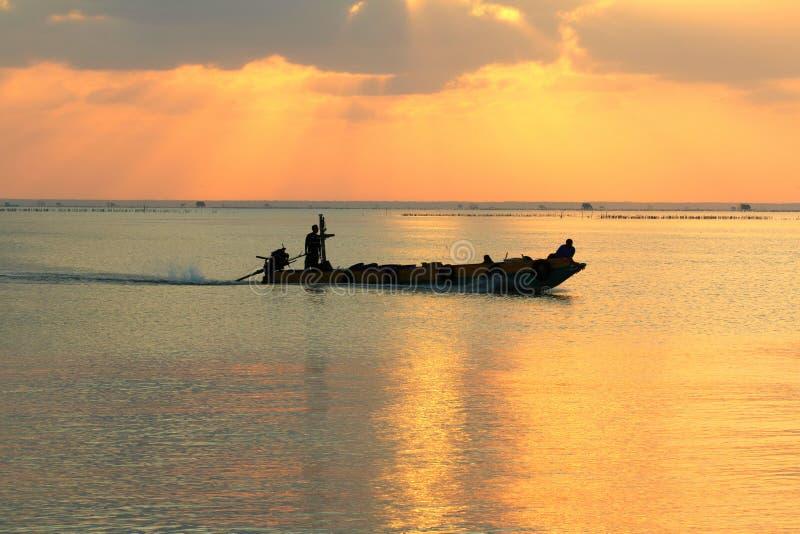 Pescadores en un barco por la mañana imágenes de archivo libres de regalías