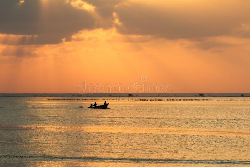 Pescadores en un barco por la mañana fotografía de archivo libre de regalías