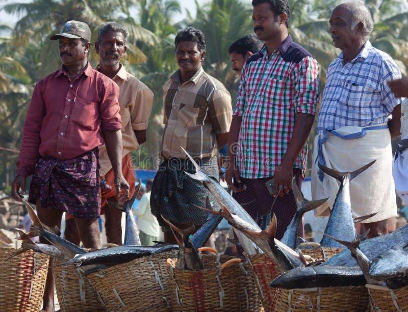 Pescadores indianos que vendem peixes no mercado fotos de stock