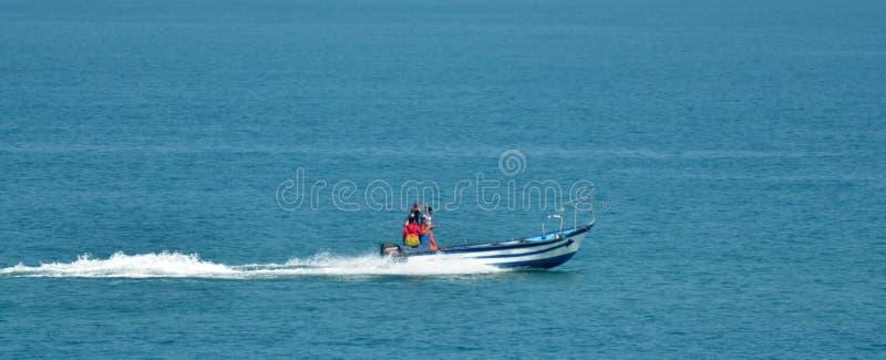 Pescadores israelitas no barco de pesca imagem de stock royalty free
