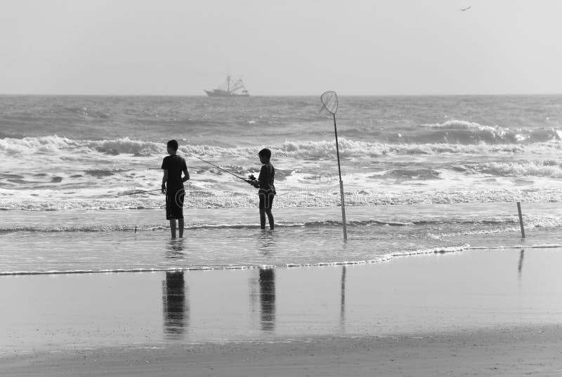 Pescadores jovenes de la resaca fotografía de archivo libre de regalías