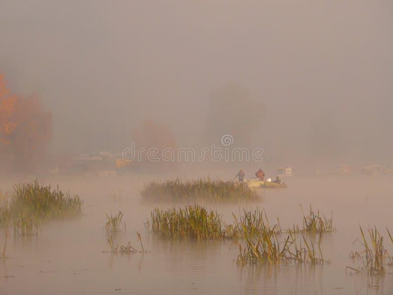 Pescadores na névoa foto de stock royalty free