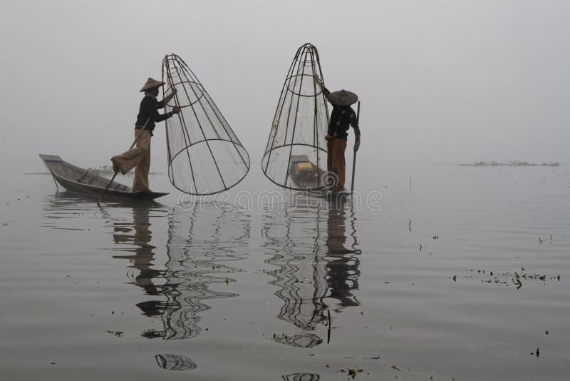 Pescadores na névoa do lago Inle imagens de stock