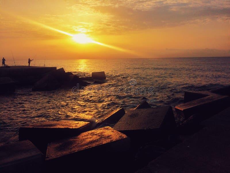 Pescadores no cais concreto imagem de stock royalty free