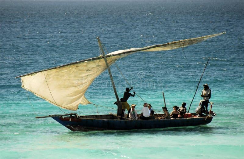 Pescadores no console de Zanzibar imagens de stock royalty free