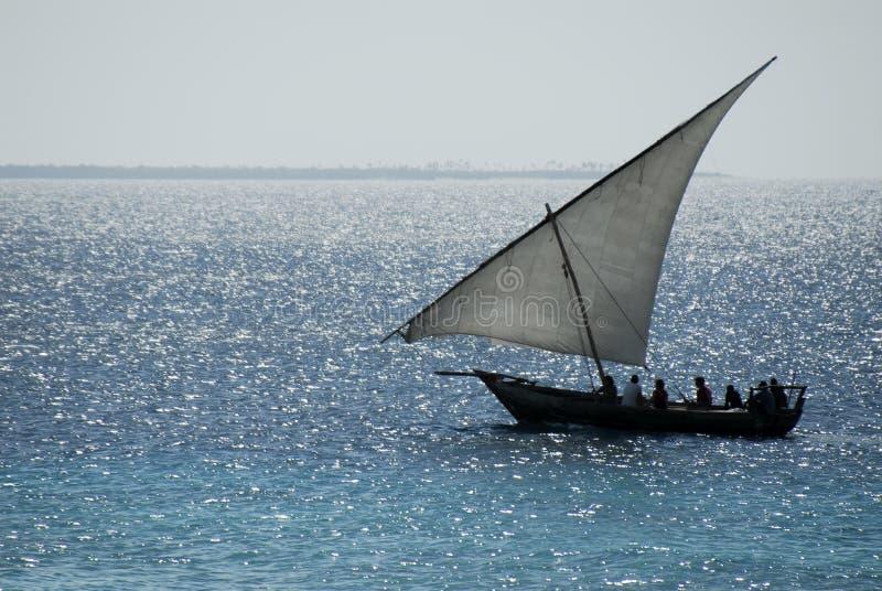 Pescadores no console de Zanzibar foto de stock