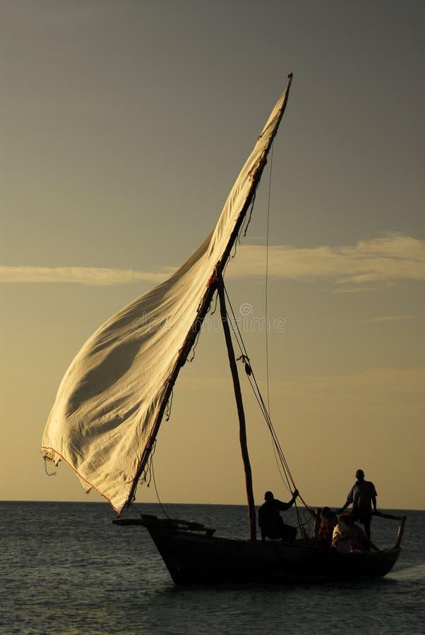 Pescadores no console de Zanzibar imagem de stock