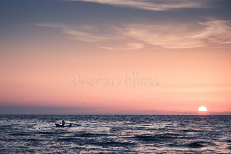 Pescadores no por do sol imagem de stock royalty free