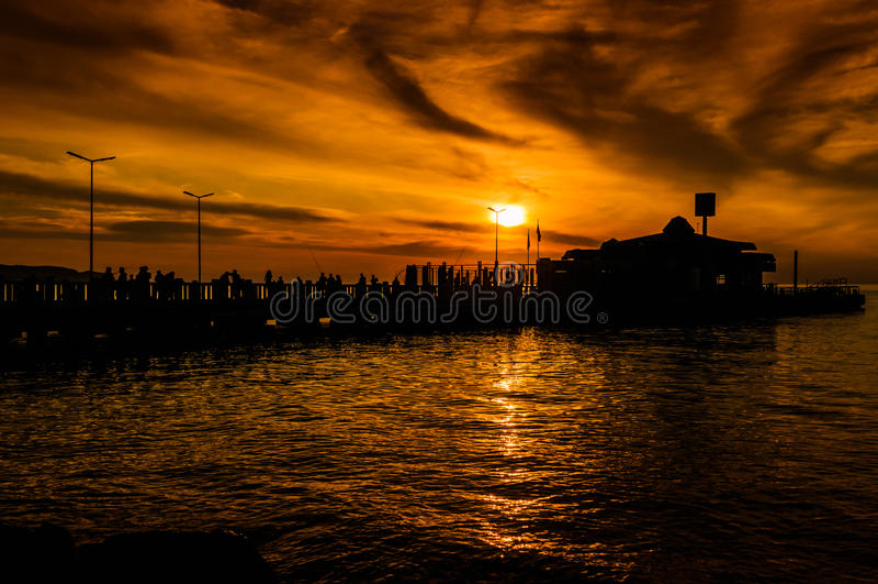 Pescadores no porto imagens de stock royalty free