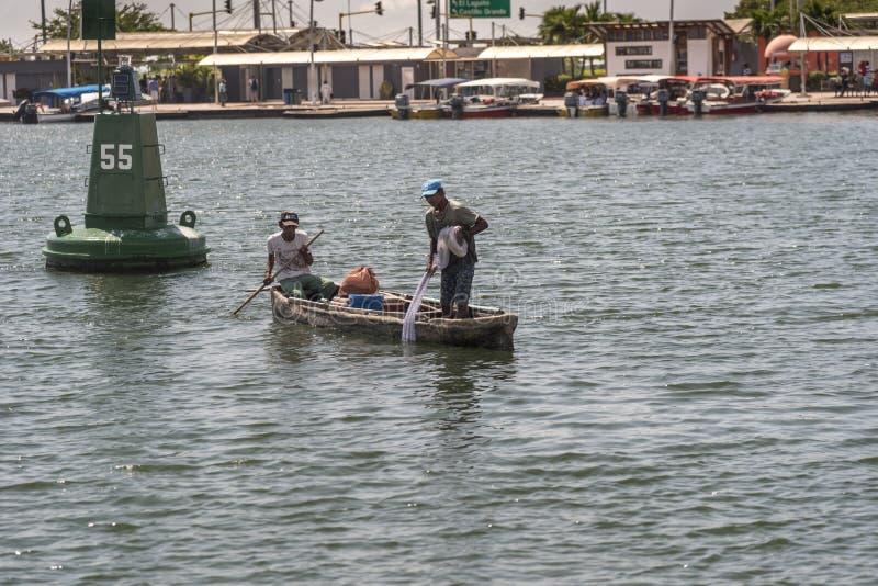 Pescadores no porto de Cartagena Colômbia imagens de stock royalty free