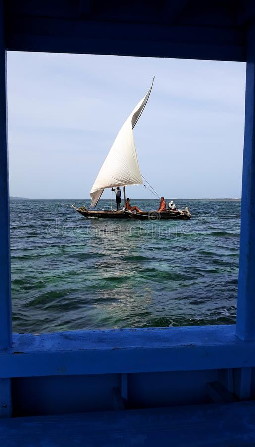 Pescadores no trabalho nas costas de Kenya, África imagens de stock royalty free