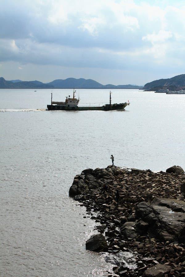 Pescadores pelo mar fotos de stock