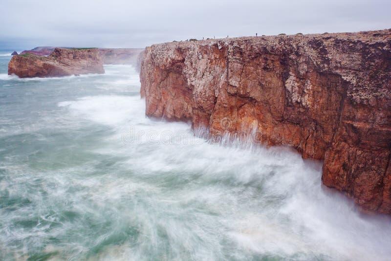 Pescadores pequenos em uma rocha gigante em uma tempestade. imagem de stock royalty free