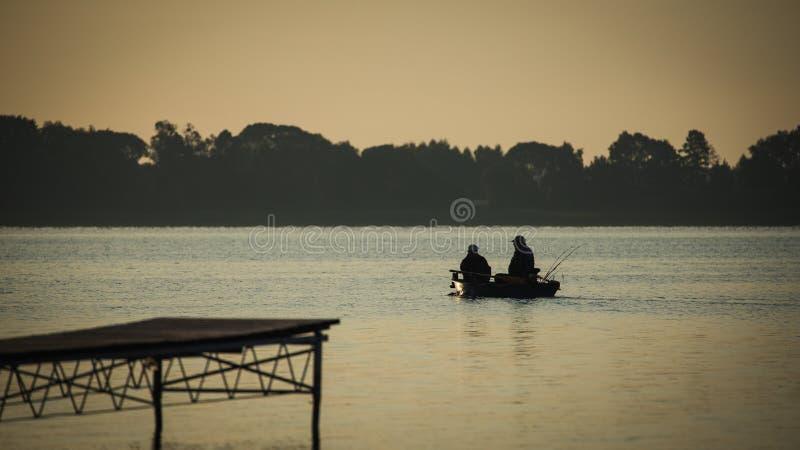 Pescadores que fluem pelo bote imagens de stock royalty free