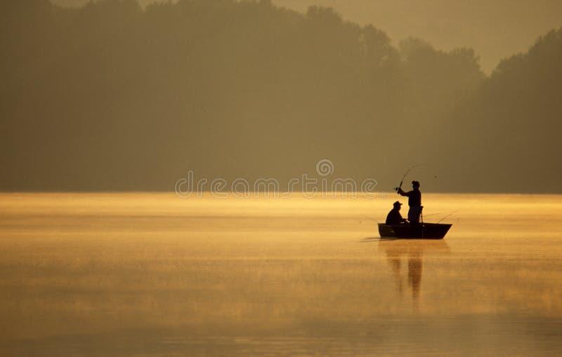 Pescadores que pescam em um lago fotografia de stock