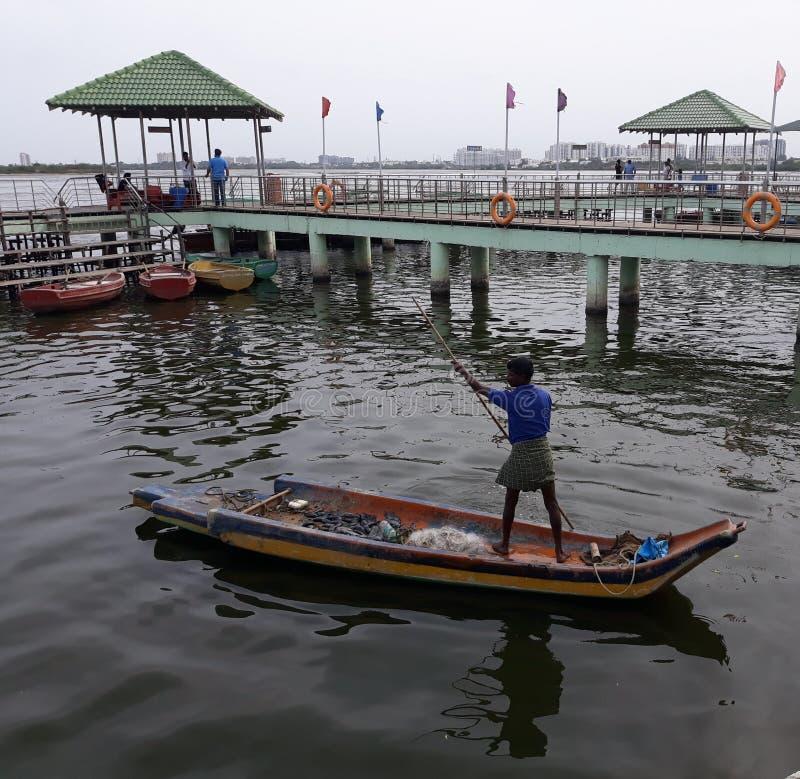 Pescadores que pescan en agua trasera foto de archivo