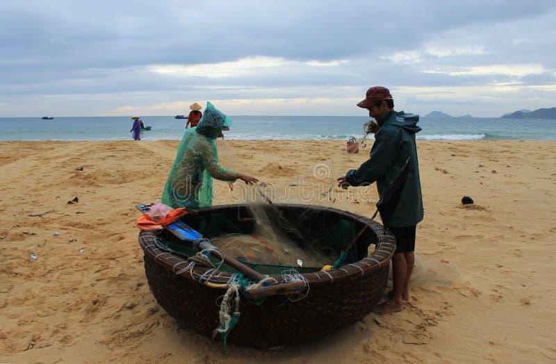 Pescadores que preparan el barco fotografía de archivo libre de regalías