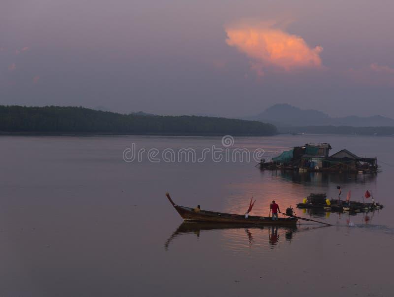 Pescadores que preparan el towork por la mañana imagen de archivo