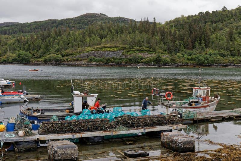 Pescadores que preparan su barco foto de archivo