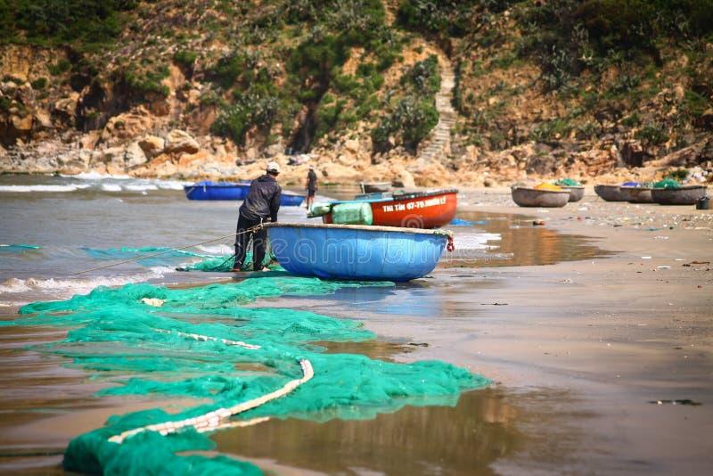 Pescadores que preparan sus redes fotos de archivo
