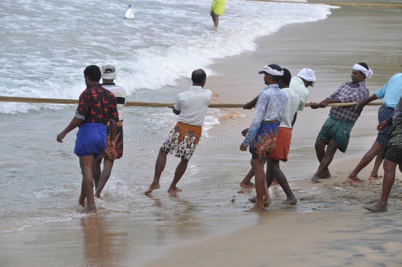 Pescadores que tiran de su red para apuntalar fotos de archivo