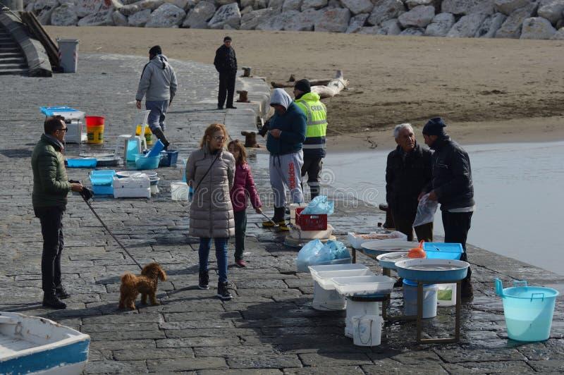 Pescadores que vendem na baía de Nápoles foto de stock royalty free