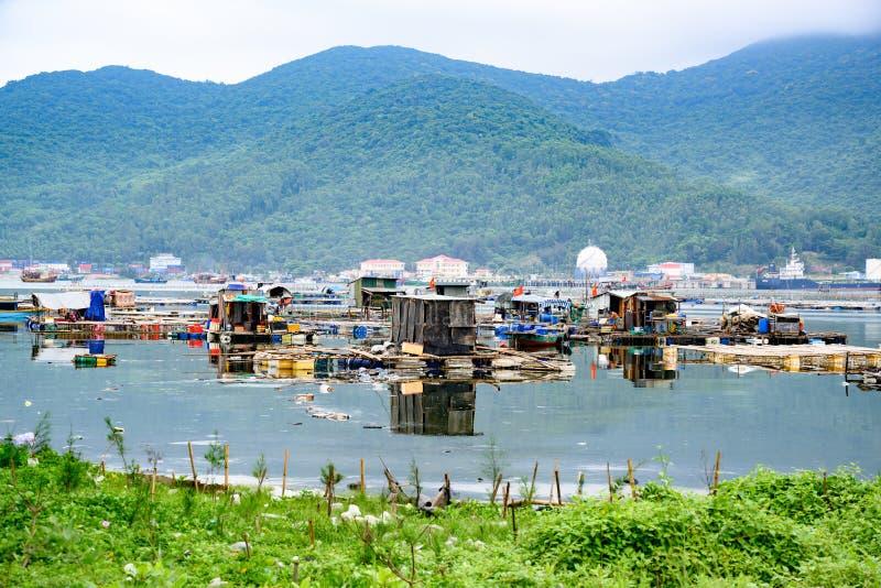 Pescadores que vivem em casas simples no mar no Da Nang, Vietname fotos de stock royalty free