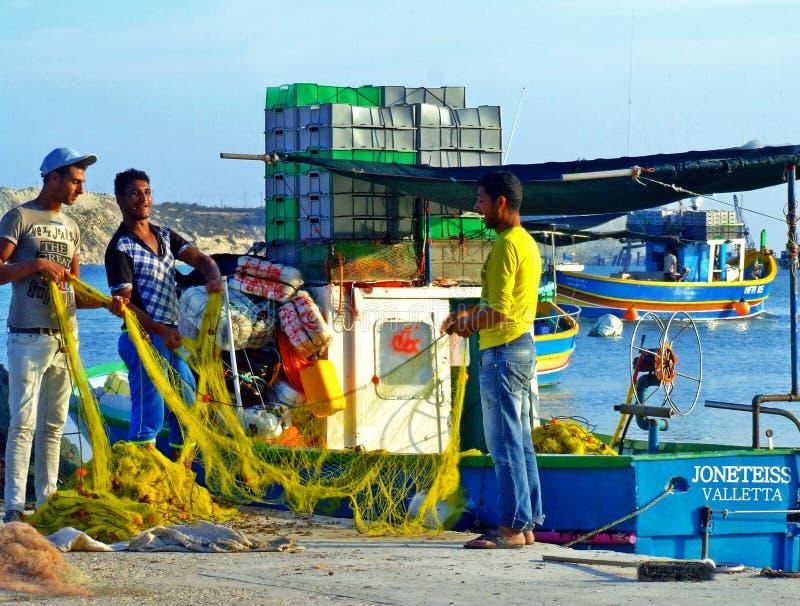 Pescadores, redes de pesca y barco de pesca: Escena mediterránea imagenes de archivo